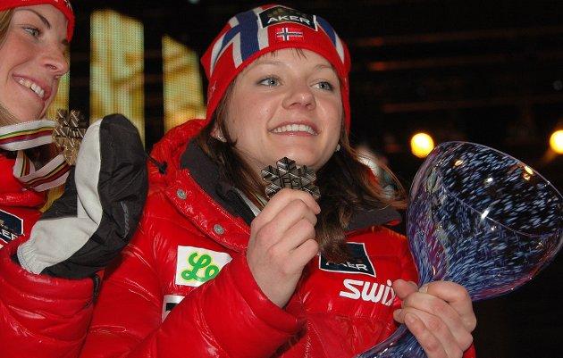 DEN FØRSTE av 14: Maiken Caspersen Falla med sin første av hittil 14 VM ellet OL-medaljer: Bronsemedalje i sprintstafett sammen med Astrid Urenholdt Jacobsen(t.v.) under VM i Oslo i 2011.