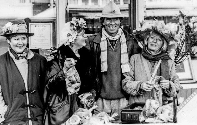 """Kalle Kristensen var ofte med når noe skjedde i Kragerø sentrum. Her står han sammen med Anne-Marie Krogsrud, Brynhild Volden og Eva """"Dusse"""" Jørgensen fra Kragerø Sanitetsforening."""