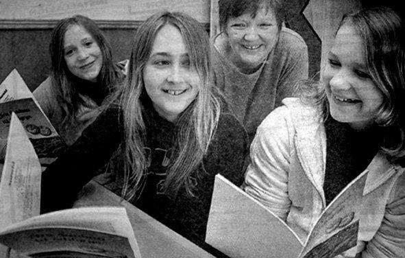 Elevene i 6., 7. og 8. klasse ved Sørvågen skole kunne kunsten å lage sildgrynssuppe. De hadde samlet inn oppskrifter fra den eldre garde i Moskenes. Ragnhild Larsen (t.v.), Charlotte Ellingsen, Maja Johnsen og lærer Hilde Nilsen var fornøyde med resultatet av  ett års innsamling av oppskrifter.