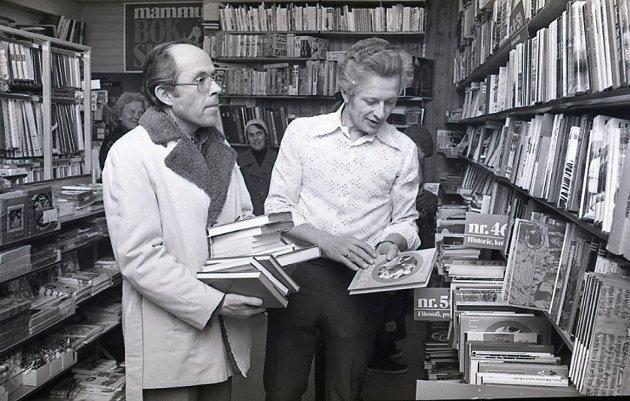 Ukjent (t.v.) Rolf Rolfsøn (t.h.), Rolf Olsen Bokhandel i Moss, forbereder årets Mammutsalg i 1978. I bakgrunnen står Kari Rolfsøn (t.v.), kona til Jens Rolfsøn.