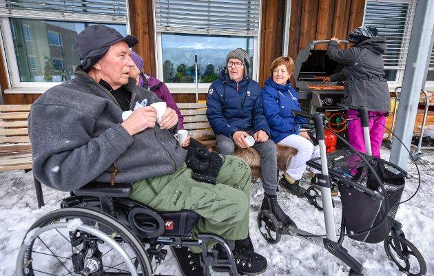 Øyvind Kolåsæther (midten) puster ut etter to runder på ski. T.v. Rolf Lillevik og hjelpepleier Anne Ruud.