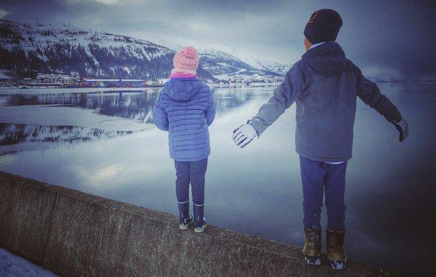 HOLD AVSTAND: – Det er mye kjærlighet i koronaens tid, skriver Maiken Johansen.
