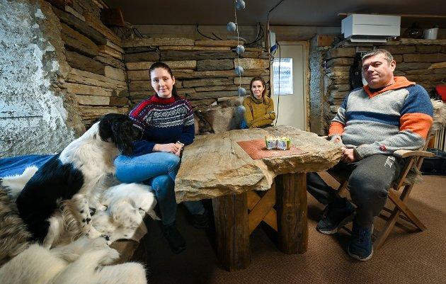Stein Erik Hæg og kona Lena Jenssen Hæg her sammen med dattera Renate Strand Hæg har fikset den falleferdige låven på Ytteren til bolig og allbruksrom bak tykke steinmurer. Her har de både langbord og driver fotostudio og hundetrening.