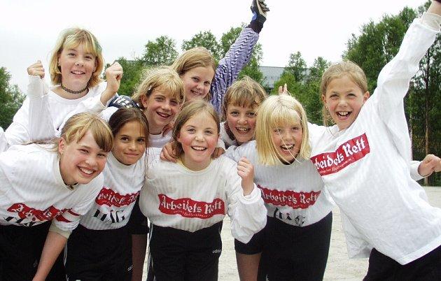 Bergstadcupen 2000: Røros lillejenter vant 2-0 over Stiklestad. Bak f.v. Hilde Fodor Indset, Wenche Marlen Loe, Anne Luksengård Mjelva, Beathe Sommer og Karoline Schjølberg Fæmundshytten. Foran f.v. Hanne Dalsegg, Janni Ericson, Hilde KJelsberg og Kristine Schjølberg.