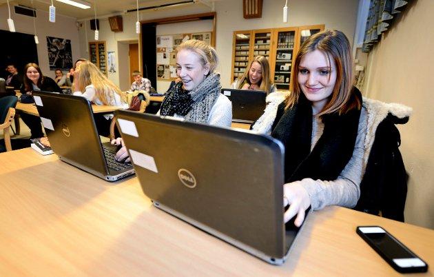 Fra reportasje i FB i januar 2014: Frederik II-elevene Jenny Strømnes Holme (til venstre) og Tuva Bjerkebakke liker å bruke internett i skolearbeidet, blant annet for å innhente fakta og informasjon. Men det gjør det også lett å svippe innom sosiale medier og nettaviser.