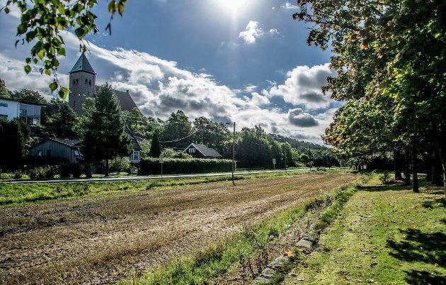 Jordkabel sikret:  Kulturlandskapet ved Kråkerøy kirke er sikret. Debatten står om jordkabel fra Femdal og utover. Arkivfoto: Geir A. Carlsson