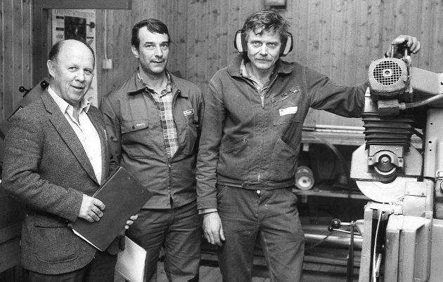 Trygve Skoglund (til høyre) tok Opplands første fagbrev i trelast. Her er han sammen med Kåre Aandal og Per Lønhaug i 1988.