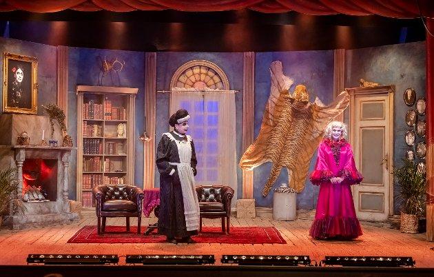 Scenen er klar for Mysteriet Myrna Vep og de to skuespillerne som bekler alle rollene i stykket: Johnny Nilsen og Ketil Ravneng