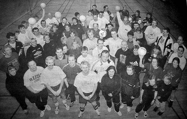 Volleyball var den største bedriftsidretten i Vestvågøy. Nå var samtlige 16 lag og hundre spillere tilstede i Lekneshallen da sesongen skulle avgjøres. Siden september året før hadde lagene satt hverandre i stevne hver fredag. - Motoet vårt er å ha det gøy og sosialt, sa  en av drivkreftene i miljøet Morten Eilertsen.