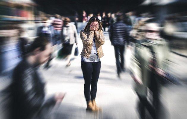 PANIKKANGST kan gjerne utløses av fortrengte minner. Det kan komme brått og uforvarende, og ofte starter anfallet med svetting og ubehagelig hjertebank, som så går over til rene, klemmende brystsmerter. Samtidig inntreffer åndenøden, som gradvis utvikler seg til en regelrett kvelningsfornemmelse. Etterhvert er det ikke lenger frykten for plutselig død som blir hovedproblemet, men heller frykten for nye panikkanfall, skriver Fred Heggen.