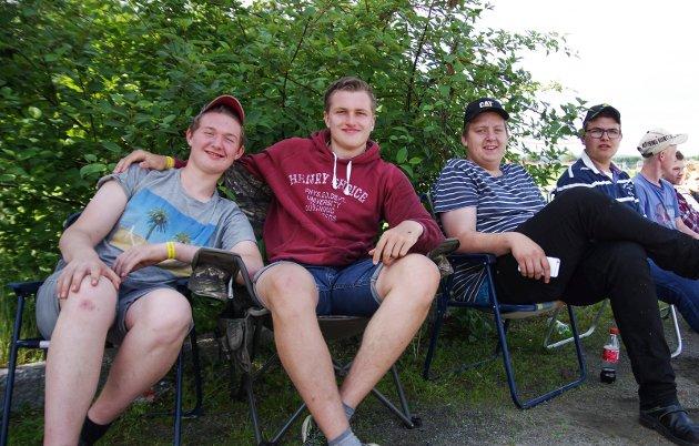 I campingstolene: Kameratgjengen Sander Lund (16), Johan Bro (17), Andreas Tegnér (17) og Lars-Jørgen Minge (17) hadde satt seg godt til rette for å følge med på traktorkonkurransen.