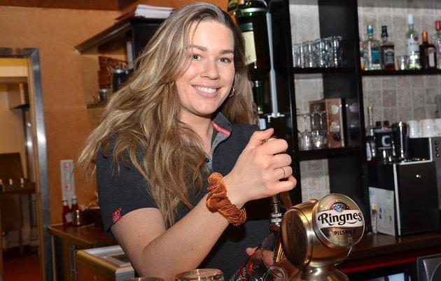 NESTEN IKKE ØLSALG: – Vi har nesten ikke gjester og har bare solgt noen få øl i kveld. Det er tydelig at folk er redde for å gå ut, forteller Nina Bjønes mens hun bildt tapper en øl på Peppes.