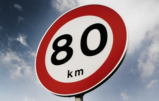 IKKE PÅBUDT: Et 80-skilt indikerer max tillatt hastighet – og ikke påbudt hastighet, påpeker Anne Skøien Waldenstrøm.