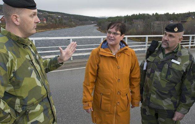 BRU: Ordfører Ragnhild Aashaug møtte majorer fra Sverige under forberedelsene til Nato-øvelsen i fjor. Her på brua i Tolga, der en av flere kamper under Trident Juncture vil stå. (Arkivfoto: Pål Ravnaas)