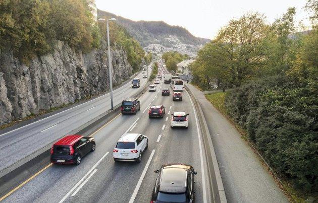 Er det noe som kan gjøres? spør åsabuen om trafikken som hoper seg opp etter Fløyfjellstunnelen. FOTO: Birthe Steen Hansen