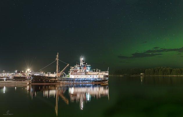 MS Atløy til kai i Florø sentrum ein kveldstime.