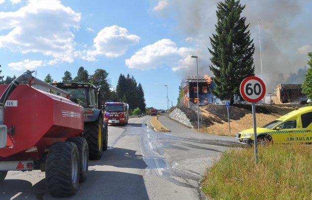 VANNTANK: Bønder med vanntanker i beredskap kom fra hele Hadeland for å bistå da Lunby skole ble rammet av brann. Det har de gjort flere ganger gjennom sommeren.
