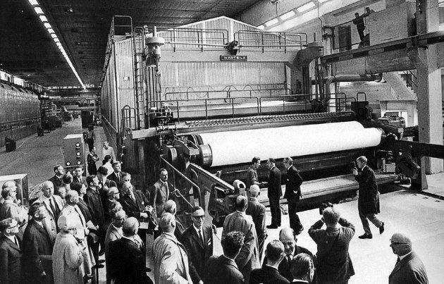 Fra åpningen: PM5, med en kapasitet på 75.000 tonn, ble åpnet med festivitas i 1968. I 2020 er det slutt. Nyheten om nedleggelse er trist for hele Halden. Foto: HA/Arkiv