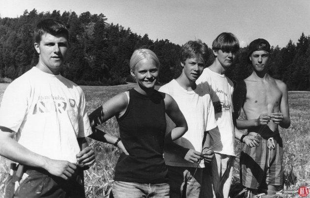 20. juli 1994: Ungdommer fra 4H brukte sommeren til å jakte på floghavren på jordene i Halden. Fra venstre Lars Haugene, Kristine Herrebrøden, Hans Christian Brevig, Kristian Strand og Lars Thomas Huseby.