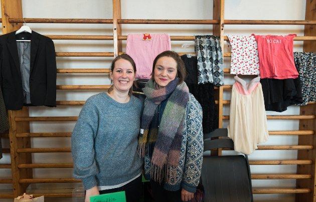 Kristine Reigstad og Sigrid Hallanger tok initiativ til loppemarknaden laurdag 3. mars. Alle som ville kunne stilla med sine varer. Planen var å halda til på Krossvoll, men på grunn av vasslekkasje der, vart det flytting til Opedal skule.