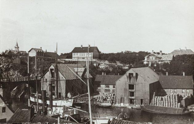 KRONÅ: Fotografert i 1910. I forgrunnen sees båtene «Thor» og «Carl».