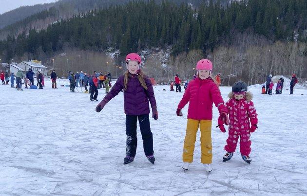 SAMMEN: Ane (snart 11), Celine (10) og Nora (5) har hatt skøytene på beina flere ganger i vinter, og elsker skøytebanen. – Vi trener på piruetter, sier Celine som fikk skøyter i julegave av onkelen sin for to år siden.