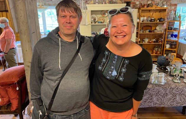 I NABOLAGET: Lene Anett Killingmo og samboeren Jan Rune Blom har nettopp flyttet til Aurskog, og var på brukthandel på Aur prestegård lørdag.