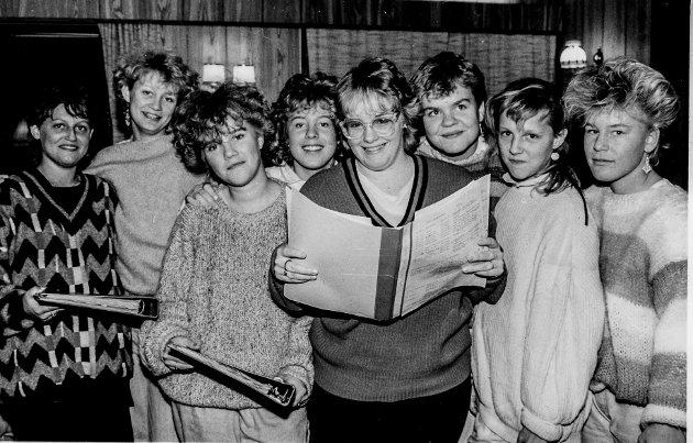 Åtte jenter bak ett manus. Cecilie Grøgaard, Elisabeth Auråen, Laila Engseth, Rita Gundersen, Marianne Liland, Tonje Eckholdt, Linda Grøgaard og Siv Gundersen.