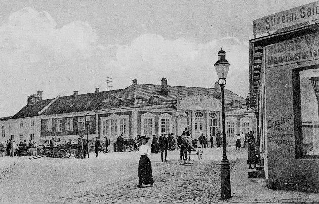 Ca. 1910. Fotografen har stått ved Walbom, Dronningens gate 2.