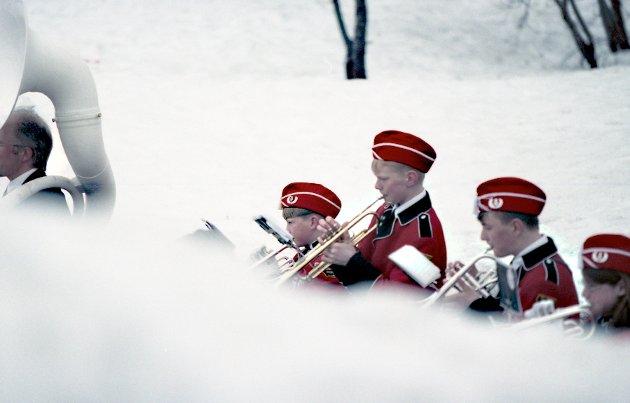 Snødybden har vært 240 centimeter på sitt heftigste. Denne dagen i mai - mens en laber bris fra sør stryker over uniformsluer og lepper klemmer til i tre grader pluss - ligger 134 centimeter snø fortsatt igjen på bakken i Tromsø. Det er nasjonaldag. Året er 1997 og Ole Tobias og kornetten har vært våken lenge.