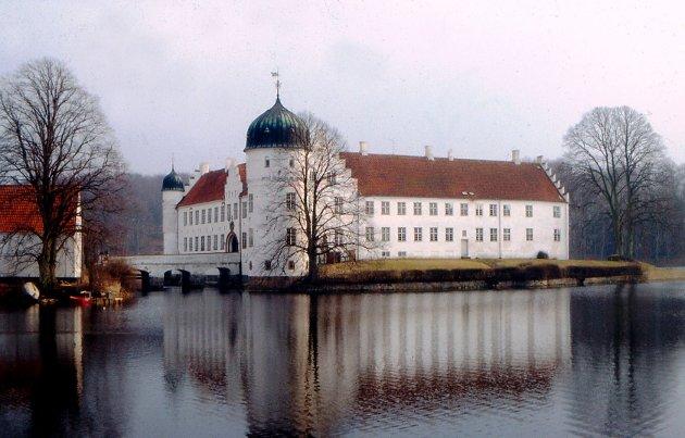 Treschowslottet Thorbenfeldt på Sjælland er et av bildene i boken om Treschow, som Odd Fellow-logene i Larvik har gitt ut. (Foto: Odvar Schrøder Jensen)