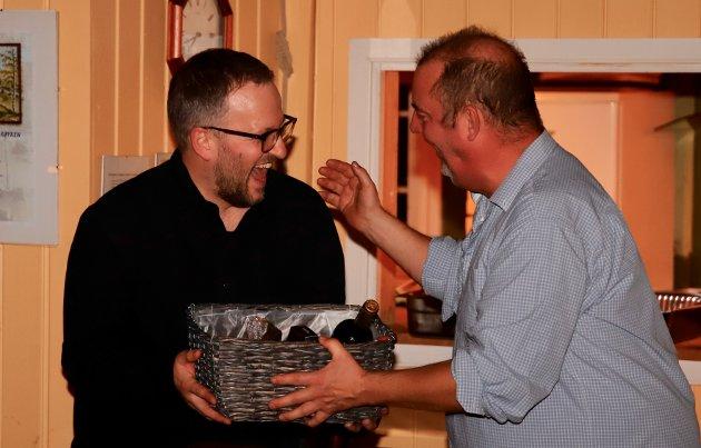 Fotograf Henrik Lindal har gjort mange jobber for Røykenmila, blant annet laget film og store bildeserier fra arrangementet. Her får han en fortjent gave av Peter Persson.