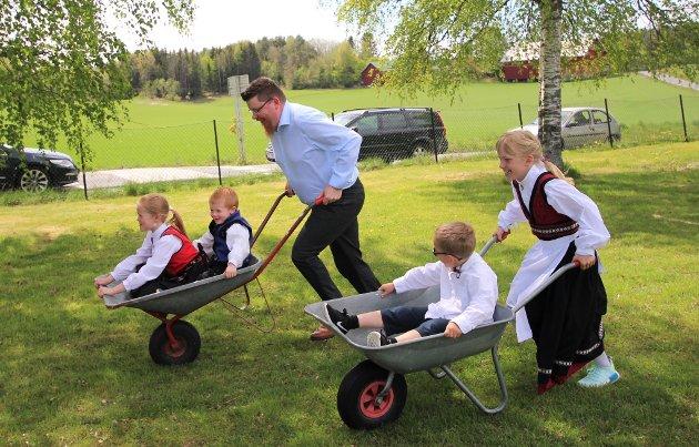 TETT RACE, mellom Svein Harang med Ella og Børge i trillebåra og Sara B. Alvim med lillebror Henrik.