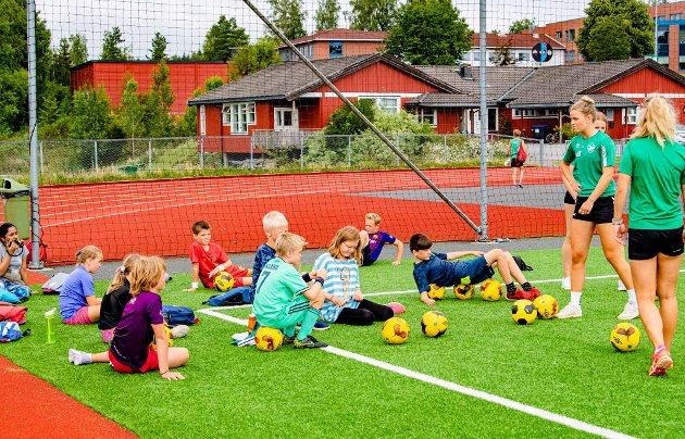 Fotball er en av aktivitetene på andre dag av Ås sommeridrettsskole. Her i et hjørne på Ås stadion orienteres deltagere om hva som gjennomgås av fotballaktivitet.