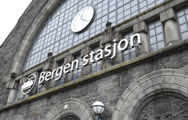Jeg føler vi alltid klikker vinkel på symbolsaker uten betydning, skriver Christoffer Schjelderup. Han lurer på om vi har gått for langt i debatten om skiltet på togstasjonen (bildet) og spør hvor den «fanatiske patriotismen i Bergen» kommer fra.