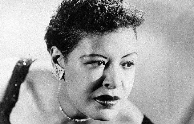 – Billie Holiday hadde en stemme like gjenkjennelig som Mona Lisa. På pidestallen hun nå står på, drøye seksti år etter sin død, representerer en skjærende kontrast til livet hun faktisk levde, skriver Erling Gjelsvik. Foto: AP Photo/File