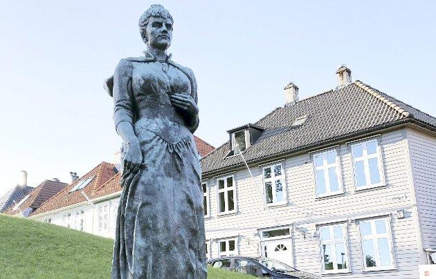 – At Amalie Skrams hatske utsagn mot jødene kommer for en dag, stiller ikke så rent få av oss i forlegenhet.                           Så da er det vel bare å fjerne statuen på Klosteret, eller? skriver Erling Gjelsvik. FOTO: Stian Espeland