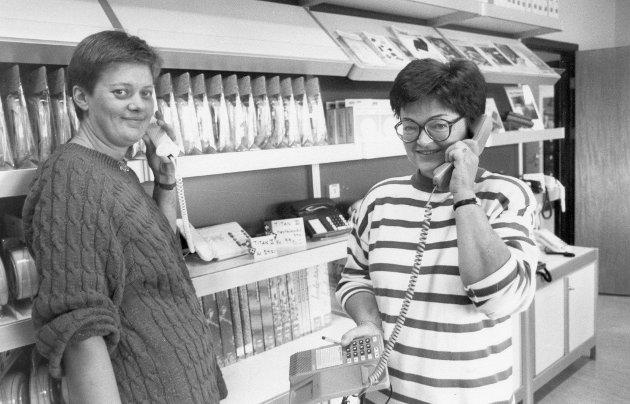 Televerket: Angunn Vartdal og Bodil Rognaldsen på telebutikken til Televerket ytst i Havreneset. August 1993.