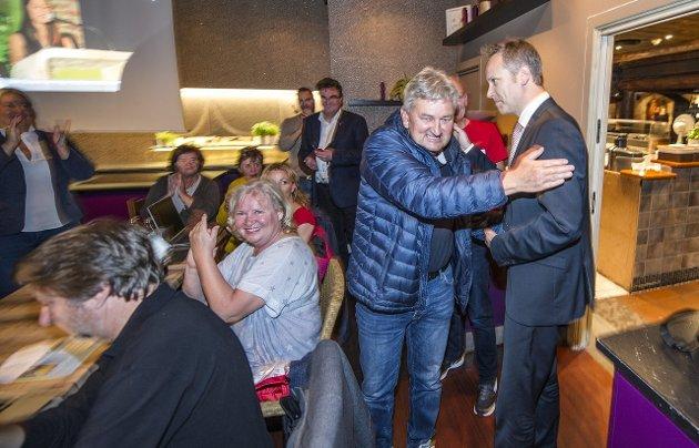 Gratulasjonene: Jon-Ivar Nygård ble gratulert da valgseieren var et faktum.foto geir a. carlsson
