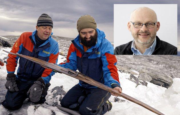 Fornøyde arkeologer ser på skia, Espen Finstad (Secrets of the Ice/Innlandet fylkeskommune) og Julian Post-Melby.