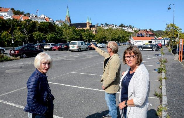 Kragerø Bys venner, her representert ved Aase Lotsberg, Bjørn Olaf Isaksen og Anne-Kristine Aas, etterlyser svar fra politikerne på spørsmål rundt boplikten i Kirkebukta.