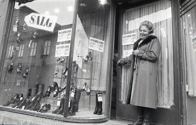 Avbildet i døråpningen på dette bildet står Ingrid Jacobsen som i årevis var ansatt i Normal, skobutikk i Dronningensgate. I våre arkiver står det at dette er fra Soma i 1983, men observante lesere mener dette må være fra Normal.