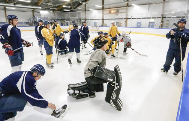 KLARE: A-laget til Ski Hockey spiller en viktig kamp i dobbel forstand lørdag ettermiddag. Her fra treningen i Ski ishall tirsdag kveld. FOTO: STIG PERSSON