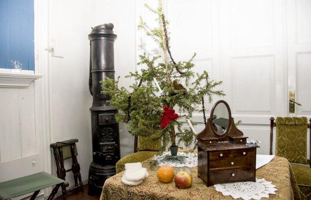 Gamle dager: På Larvik museum så julefeiring i gamle dager slik ut. Toppen av et tre, eller bare en kvist ble brukt.