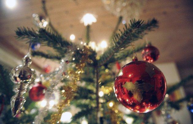Juletre: Et skjevt tre kan skjules med pynt, men det er betraktelig verre å kamuflere lukta av kattetiss. Arkivfoto