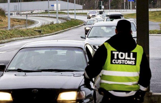 Passer på: De passer på tollbetjentene på Svinesund. Ikke så rart når 13,5 milliarder blir lagt igjen hos naboeen.