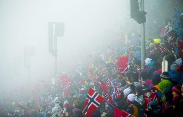 Tåke igjen: Nok en gang la tåken sitt klamme slør rundt skifesten i Holmenkollen. Foto: Vegard Wivestad Grøtt/NTB scanpix