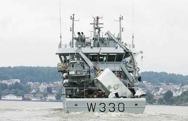 Flom: I juli 2007 var det virkelig flom i Lågen. Her har kystvaktskipet «Nornen» plukket opp en campingvogn.