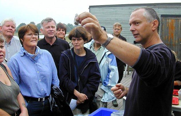 Gjemt bort: Dagfinn Skre viser fram funn under utgravningene i 2002. Nå ligger Kaupang-funnene gjemt bort i magasinene.