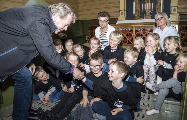 Biskop: Per Arne Dahl besøkte mange steder i Larvik og Lardal. Her hilser han på Kristian August Nymoen Næss i Kjose.